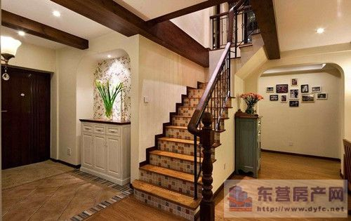 楼梯踏板可选用木地板和铺地毯