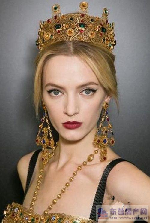 皇冠是新娘发型中最常用的头饰,也是最受新娘欢迎的搭配利器.