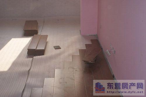 实木地板四安装方法 直接粘贴铺设可行么?