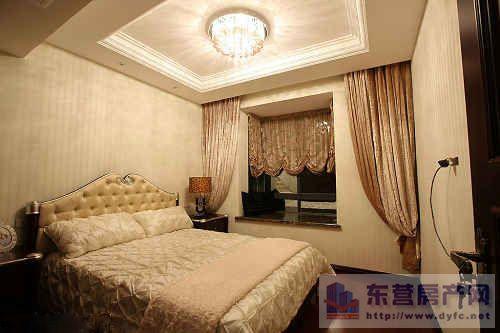 一款好看的窗簾能夠令臥室空間頓時溫馨起來.