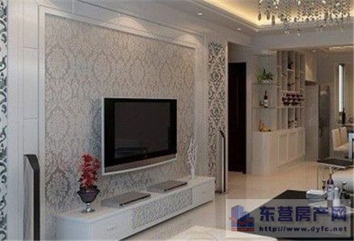 选用木质饰面板用作电视背景墙的优点是:花色品种繁多,价格经济实惠