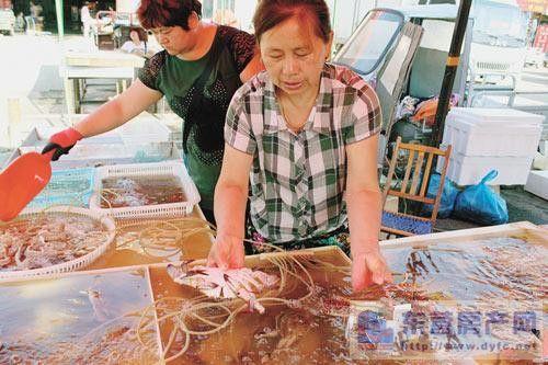 中秋节临近东营市海鲜市场螃蟹和虾热销