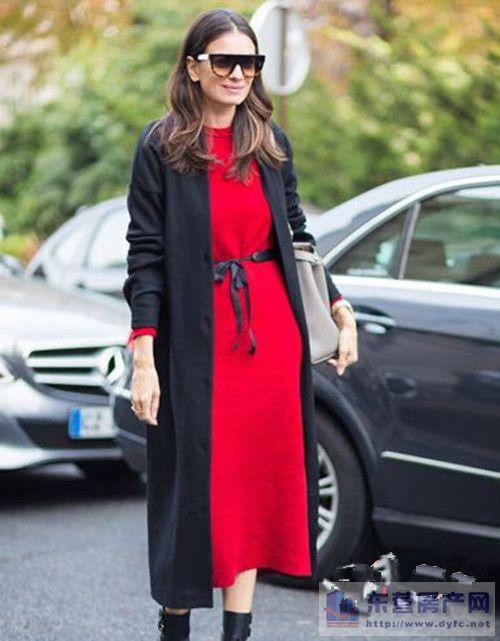 针织直筒裙+黑色短靴+黑色mini包+红色印花围巾+墨镜