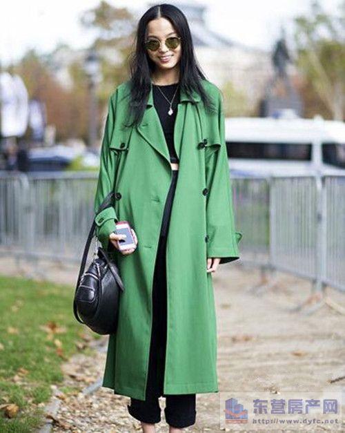 示范搭配:格子收腰连衣裙+红色呢子大衣+太阳镜+黑